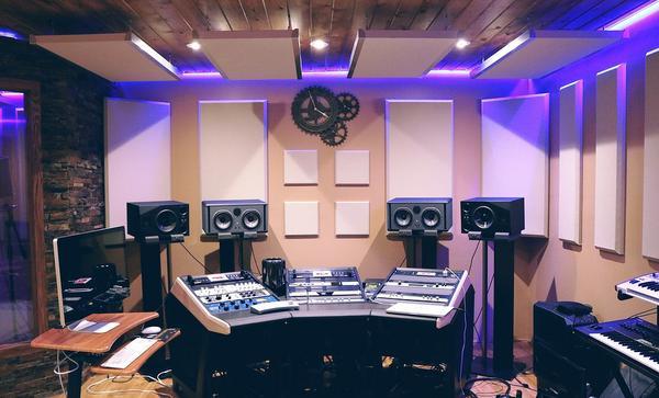 Wycisz swój pokój dzięki różnym rozwiązaniom akustycznym