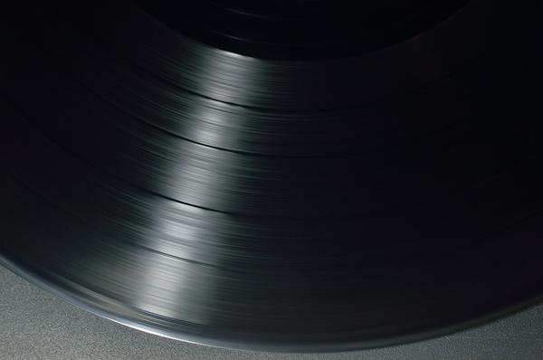 Płyta winylowe to dobry materiał na zegar