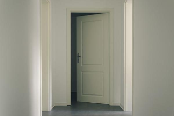 Montaż solidnych drzwi wewnętrznych w sypialni